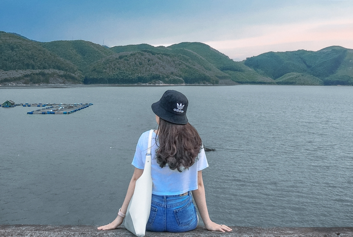 Hồ Khe Ngang: nằm cách trung tâm thành phố 15km, chạy về phía Chùa Thiên Mụ. Đặc biệt, nếu bạn đến đây ngắm hoàng hôn thì sẽ không khiến bạn thất vọng ; có núi, có sông, và mặt trời lúc lặn, tạo nên 1 khung ảnh tuyệt vời