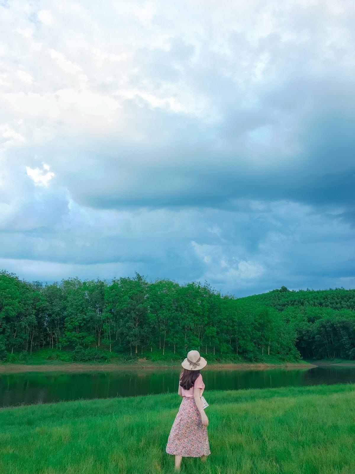 Hồ Khe Rưng là một trong những điểm đến lý tưởng cho nhóm bạn trẻ thích dã ngoại, picnic và chụp ảnh sống ảo. Nơi đây có vẻ đẹp hoang sơ, không khí thoáng đãng và những thảm cỏ xanh như thảo nguyên, bên kia hồ là rừng cây nguyên sinh, được nhiều người khen đẹp như tranh vẽ.