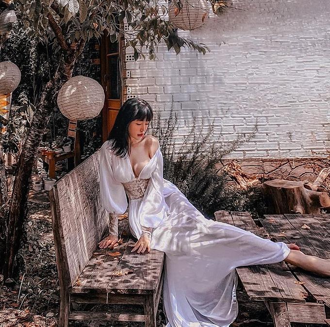 Elly Trần mặc áo lả lơi khoe vòng một khủng.