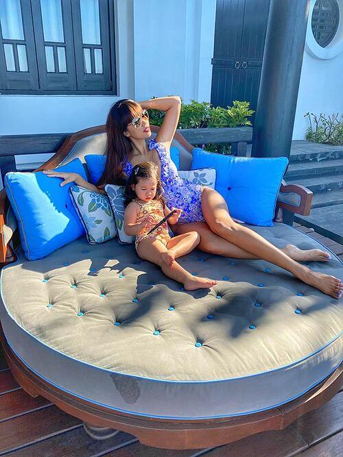 Siêu mẫu Hà Anh và con gái Myla diện đồ bơi thư giãn trong chuyến du lịch nghỉ dưỡng tại một resort ở Đà Nẵng.