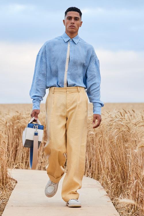 Họa tiết kẻ sọc ca rô đan xen với tông xanh đang được ưa chuộng cũng được xử lý khéo léo trên dòng thời trang nam.