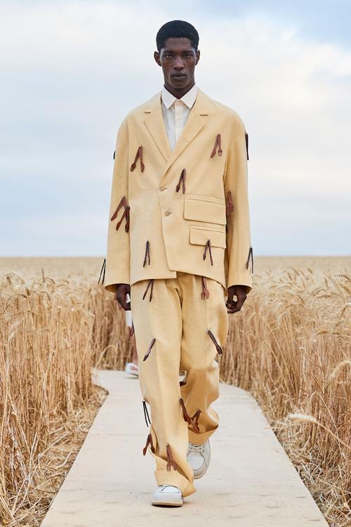 Sau một mùa lăng xê các kiểu suit rộng thùng thịnh, nhà mốt danh tiếng giới thiệu các kiểu blazer bất đối xứng.