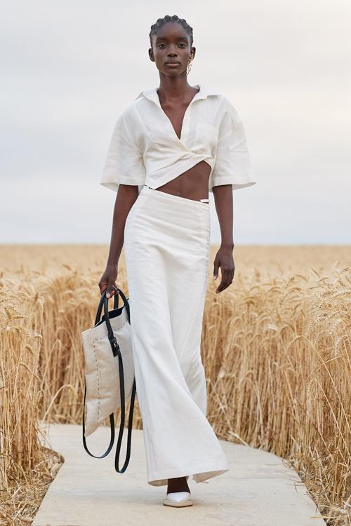 Với thế mạnh trong việc sử dụng tông trắng ngà, Jacquemus tiếp tục mang tới các mẫu trang phục thể hiện tinh thần phóng khoáng, tự do.