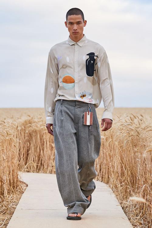 Sơ mi dáng rộng, áo sệ vai tiếp tục được khai thác với những tông màu và họa tiết mới.