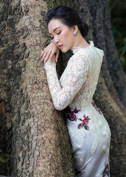 Ngọc Trân e ấp tạo dáng với thiết kế váy ren thanh lịch, ôm khít cơ thể.