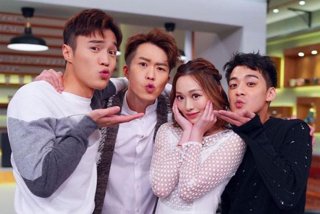 Phùng Doanh Doanh và Diễn Phong (giữa) bên bạn bè.