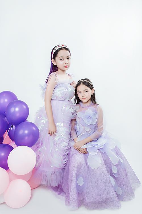 Mẫu nhí Chu Diệp Anh và Cát Tường diện thiết kế váy công chúa được với kỹ thuật thêu đính tỉ mỉ là thế mạnh của NTK Thảo Nguyễn nhiều năm nay.