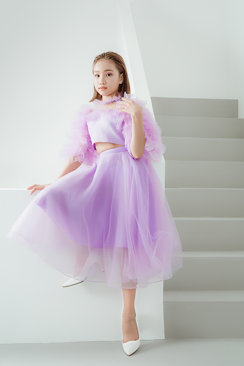 mẫu nhí Hương Giang diện set váy bồng bềnh, lãng mạn với phần bèo nhún phủ kín ngực và cánh tay.