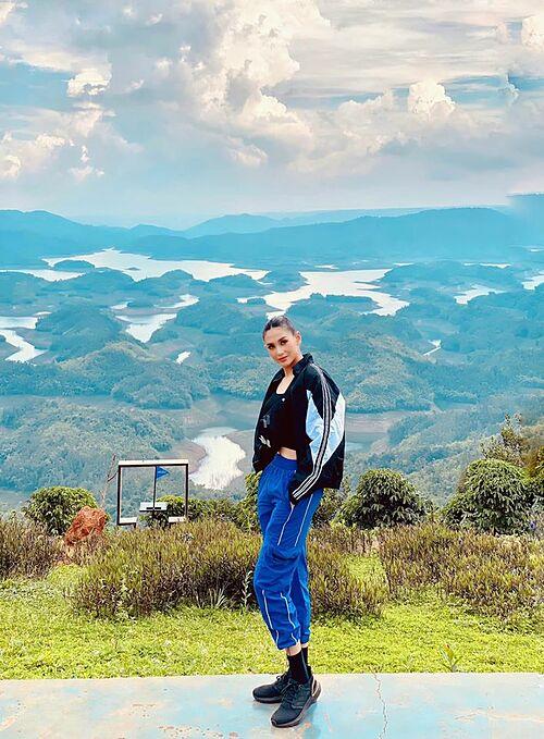 Siêu mẫu Võ Hoàng Yến mê đắm với vẻ đẹp của hồ Tà Đùng - vịnh Hạ Long Tây Nguyên ở Đắk Nông.