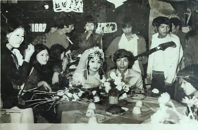 Ca sĩ Bằng Kiều đăng ảnh đi hát đám cưới từ nhỏ và kể: Năm 1982, lúc đó 9 tuổi nghĩa là bằng Kenzi của tôi bây giờ là tôi đã đi hát đám cưới tưng bừng. Cát xê lúc đó thường là được ăn cỗ và một túi bánh kẹo gia chủ gói cho mang về. Thế là sướng tê người.