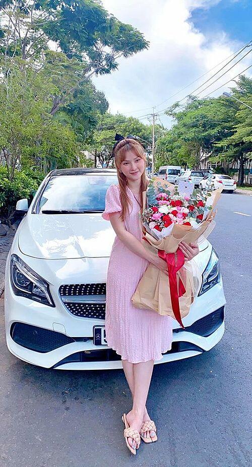 Ca sĩ Thu Thủy cảm ơn ông xã Kin Nguyễn vì được tặng hoa dịp kỷ niệm một năm ngày cưới: Mẹ cảm ơn ba vì luôn quan tâm mẹ. Yêu ba.