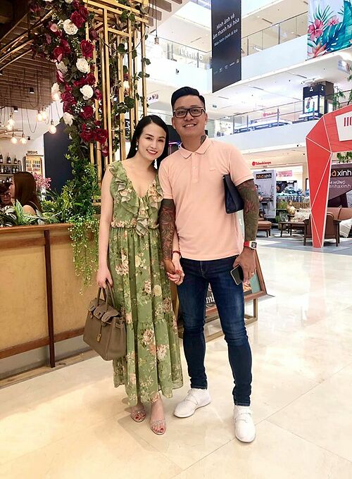 Nắm tay nhau được một lúc, chồng về Hà Nội làm việc, vợ ở lại Sài Gòn cũng làm việc... vì tương lai con em chúng ta, cố lên nào, Tuấn Hưng động viên vợ.