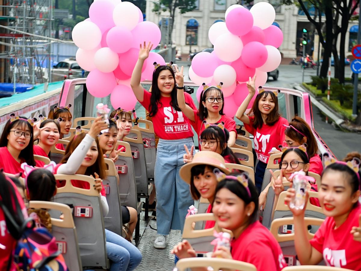 Ý tưởng buổi gặp gỡ trên xe buýt 2 tầng do FC của S.T Sơn Thạch tự tổ chức. Mặc dù trời mưa, Rockin (tên FC) có mặt đông đủ vì đã lâu mọi người không gặp mặt do dịch Covid-19.