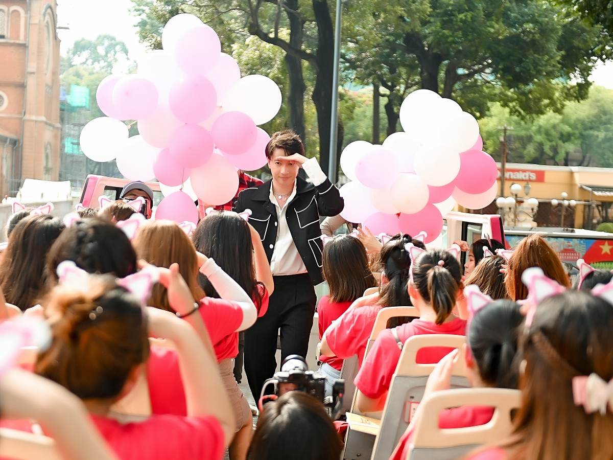 Trước khi kết thúc buổi gặp, S.T Sơn Thạch cùng fan làm dàn đồng ca hát liên khúc các ca khúc của anh, vòng quanh những địa điểm đẹp của thành phố Hồ Chí Minh: bến Bạch Đằng, phố đi bộ, bảo tàng thành phố, khu phố Tây... rất sôi nổi và tràn ngập niềm vui