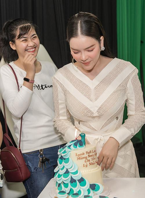 Fan của Lý Nhã Kỳ mang tới chiếc bánh kem đặc biệt, trang trí hình chú công mừng sinh nhật cô.