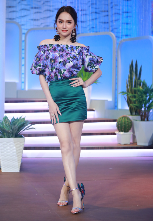 Hoa hậu chuyển giới quốc tế khoe làn da trắng và vẻ nữ tính với váy ngắn, áo trễ vai.