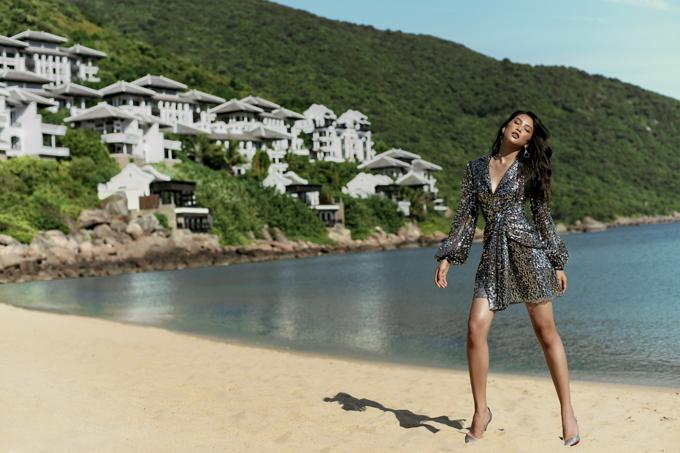 Nhà thiết kế đã chọn bối cảnh chụp là resort sang trọng và đắt đỏ bậc nhất tại Đà Nẵng. Quần thể kiến trúc tọa lạc giữa sườn đồi Bán đảo Sơn Trà và sát kề bãi biển xanh trải dài suốt tầm mắt.