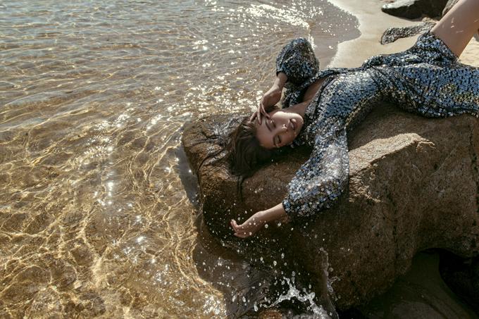 Lý do lựa chọn bối cảnh này bởi bộ sưu tập lấy ý tưởng từ sự óng ánh, lung linh huyền ảo và bí ẩn của đại dương. Các thiết kế ngoài việc hướng đến phong cách tiệc tùng nhưng đậm chất mùa hè, thể hiện rõ qua việc sử dụng chất liệu sequin, metallic và form dáng đầm cocktail, ruffle sang trọng.