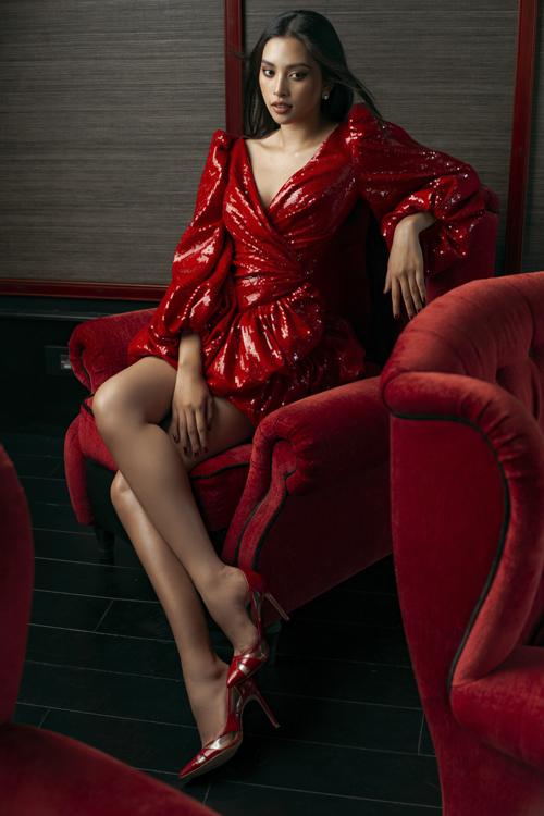 Trang phục tiệc tùng được Lê Thanh Hòa thể hiện bắt mắt qua các kiểu đầm sexy, cắt may trên chất liệu vải ánh kim.