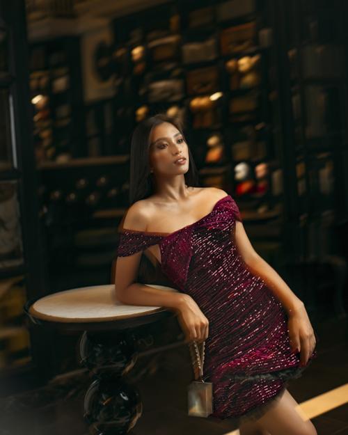 Chất liệu đặc trưng của vải sequins mang tới các mẫu váy giúp phái đẹp tỏa sáng và lunh linh hơn trong tiệc tối mùa hè.