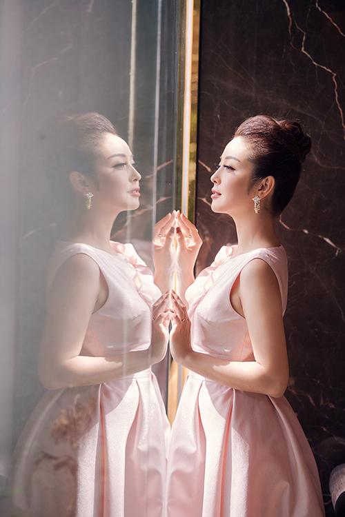 Jennifer Phạm sinh năm 1985, là Hoa hậu châu Á tại Mỹ năm 2006. Cô tốt nghiệp ngành dược của Đại học California. Cô có bốn người con - Bảo Nam (12 tuổi), Na (6 tuổi), Nu (3 tuổi) và Nấm (6 tháng tuổi)