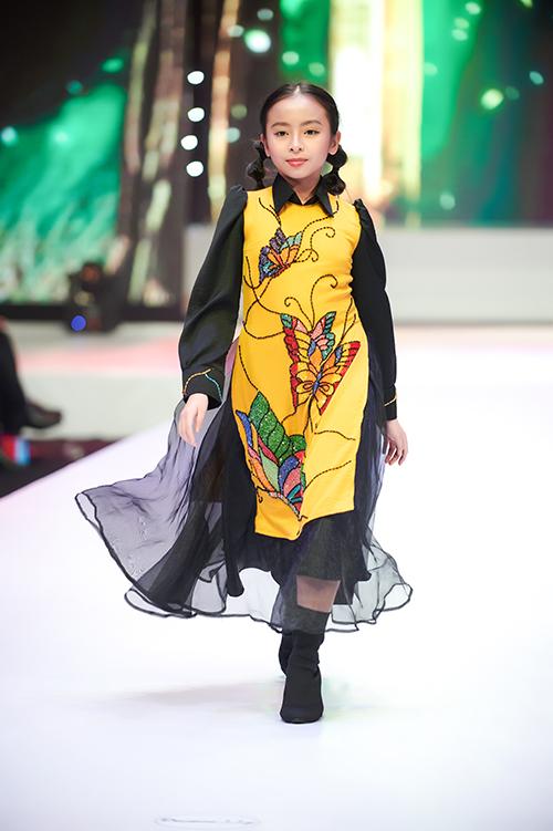 Ngoài những nhân vật bước ra từ cổ tích Phương Tây, nhà thiết kế còn tái hiện lại hình ảnh của các nhân vật trong cổ tích Việt Nam thông qua trang phục áo dài cách điệu.
