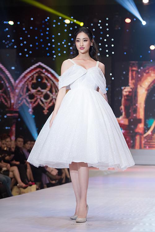 Hoa hậu Thế giới Việt Nam Lương Thùy Linh vào vai cô nàng Lọ Lem với chiếc váy ngắn trắng muốt. Sở hữu đôi chân dài 1,22m cùng thần thái tự tin, nàng hậu gốc Cao Bằng thu hút khán giả khi sải bước trên sân khấu.