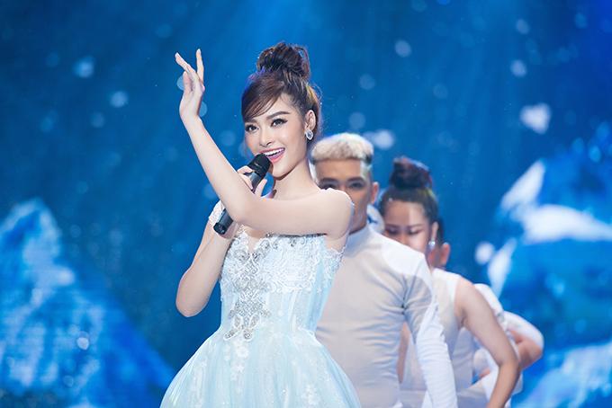 Á hậu Kiều Loan cũng đảm nhận vị trí vedette trong một màn diễn. Cô vào vai Elsa và thể hiện ca khúc Let it go.