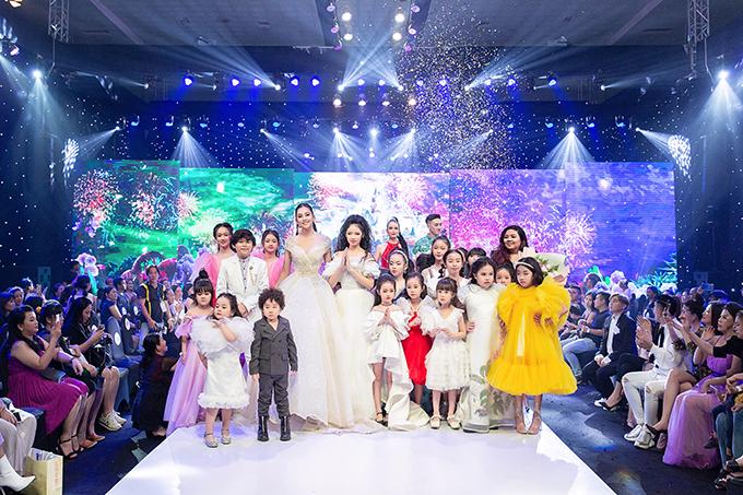 Tiểu Vy cũng là vedette của màn diễn cuối cùng trong fashion show của Phương Hồ.