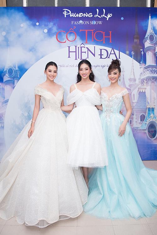 Hoa hậu Tiểu Vy, Lương Thùy Linh và á hậu Kiều Loan rủ nhau xuất hiện tại show diễn của Phương Hồ. Nhà thiết kế mang nhiều câu chuyện cổ tích nổi tiếng Việt Nam và thế giới lên sàn catwalk.