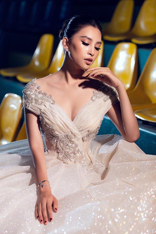 Ở hậu trường, Tiểu Vy khoe vẻ thanh tân của tuổi đôi mươi với thiết kế xẻ ngực, đắp voan gợi cảm. Trần Tiểu Vy hiện là đại sứ của cuộc thi Hoa hậu Việt Nam 2020.