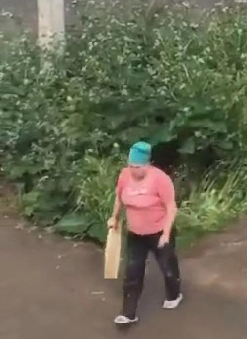 Irina bỏ đi sau khi đánh cặp nam nữ sex trong bụi rậm ở thành phố Stavropol, Nga. Ảnh cắt từ video.