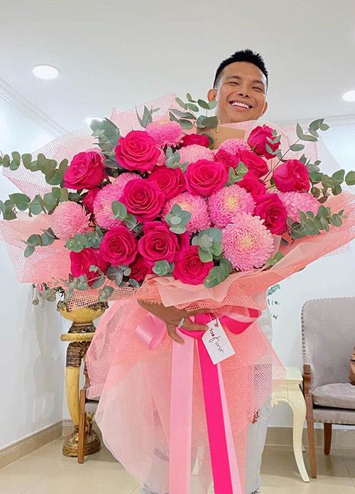 Nhà thiết kế Đỗ Long kỳ công đột nhập vào tận nhà Lý Nhã Kỳ, tặng hoa và bánh kem lúc cô đang nằm gội đầu.