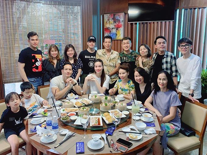 Kim Lý cùng gia đình Hồ Ngọc Hà và những người bạn rủ nhau đi ăn dimsum tại nhà hàng của một người bạn thân thiết. Nữ ca sĩ được khen vẫn giữ được nhan sắc xinh đẹp khi mang thai đôi.