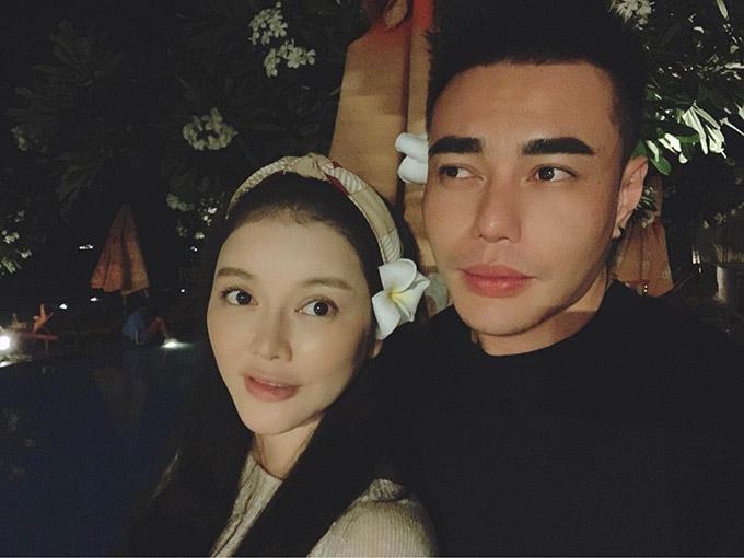 Diễn viên Lê Dương Bảo Lâm thì tổ chức một buổi tiệc tối ấm cúng cho nữ diễn viên.