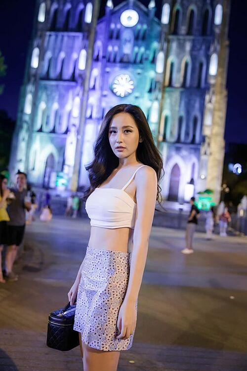 Hoa hậu Mai Phương Thúy diện áo hở eo khoe eo thon cùng vóc dáng mảnh mai.