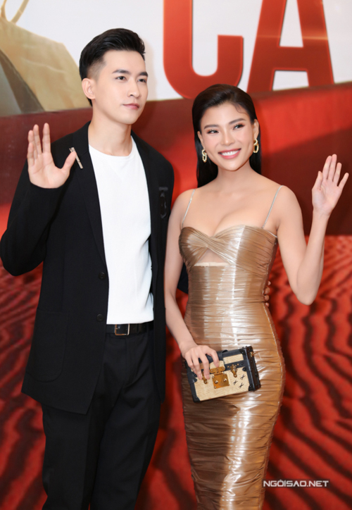 Diễn viên Võ Cảnh mặc bảnh bao sánh đôi đàn chị. Cả hai diễn cặp trong phim Cát đỏ. Võ Cảnh hóa thân anh chàng đẹp trai nhà giàu si mê cô gái nghèo miền biển.