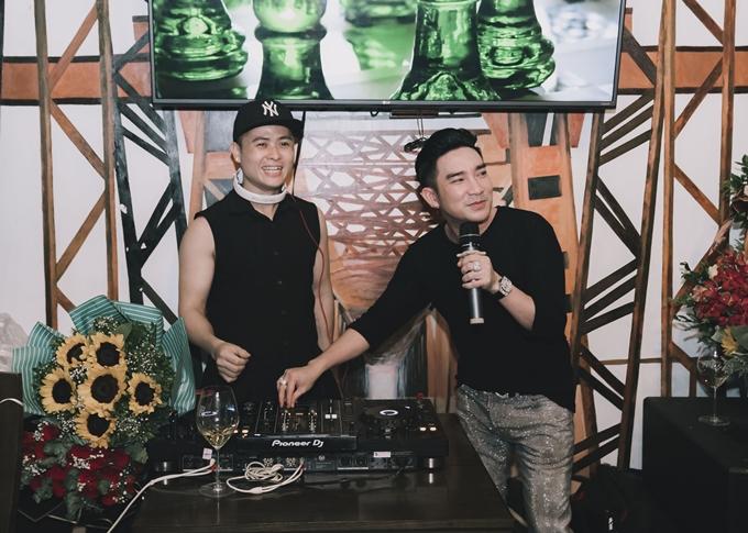 Quang Hà (phải) hâm nóng không khí bữa tiệc bằng cách thể hiện live chùm ca khúc sôi động. Thời gian này anh chủ yếu hoạt động ở Hà Nội và gần rất ra mắt MV Mệt rồi em ơi của nhạc sĩ trẻ Nam Lee.