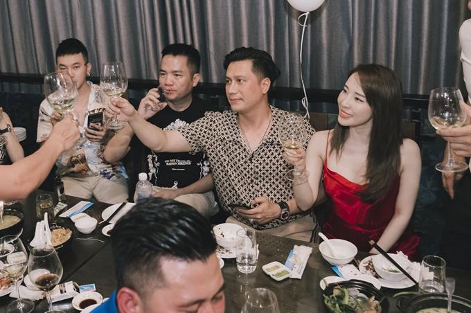 Trong một lần trả lời phỏng vấn của báo Ngoisao.net, Quỳnh Nga nhận xét bạn trai tin đồn ga-lăng, ấm áp nhưng không dám yêu vì ngại đời tư của anh quá phức tạp. Chúng tôi là anh em khá thân thiết. Tri kỷ thì chưa phải vì chúng tôi chưa có quãng thời gian dài để hiểu mọi thứ về nhau, cô định nghĩa mối quan hệ với diễn viên Người phán xử.