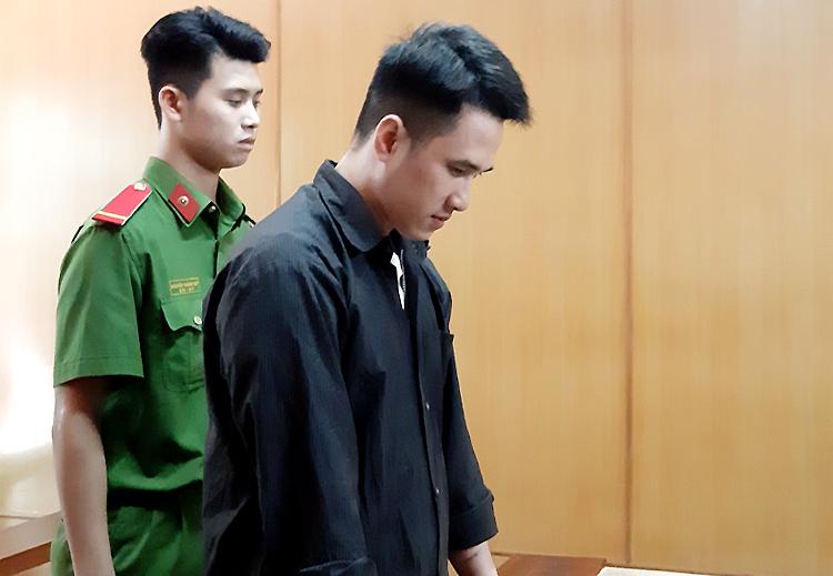 Bị cáo Tín cuối đầu trong suốt phiên xử. Ảnh: Bình Nguyên.