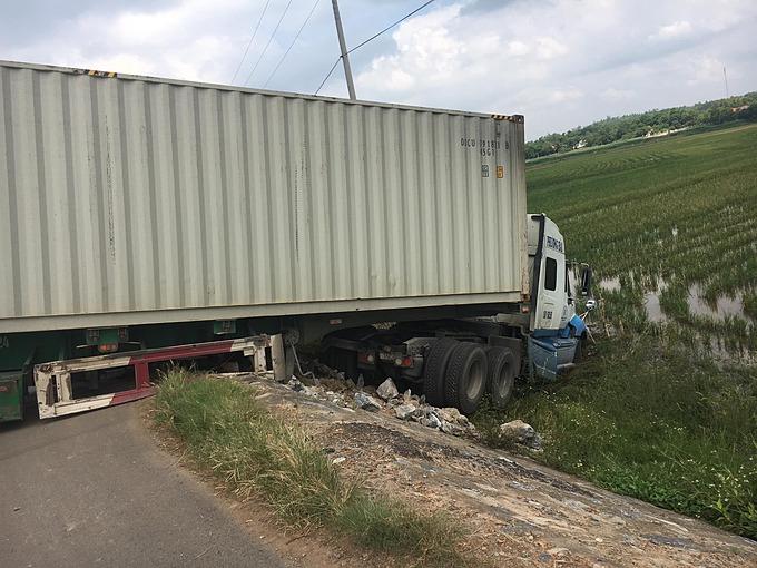 Container lao xuống ruộng vì tránh người sang đường.