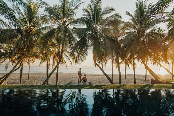 [Caption] Resort nằm trên bờ biển đông của đất nước nên sáng nào cũng được ngắm mặt trời mọc, hôm này tụi mình dậy lúc 5 giờ sáng để ngắm bình minh và ghi lại những khoảng khắc tuyệt vời nhất của ngày hôm đó nè. Đẹp mê ly và bình yên lắm.
