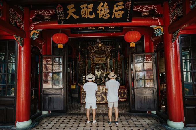 [Caption] Đến Hội An chắc chắn phải ghé thăm rất rất nhiều ngôi chùa và đền tại đây rồi, anh Tuấn tuy là người đạo Thiên Chúa nhưng lúc nào cũng theo anh Sơn đến thăm thiệt thành tâm.