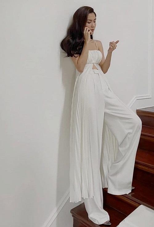 Một stylist chụp lén khoảnh khắc Tăng Thanh Hà đang nghe điện thoại ở hậu trường chụp ảnh. Bà mẹ hai con được khen vẫn xinh đẹp, hút ánh nhìn ở tuổi 33.