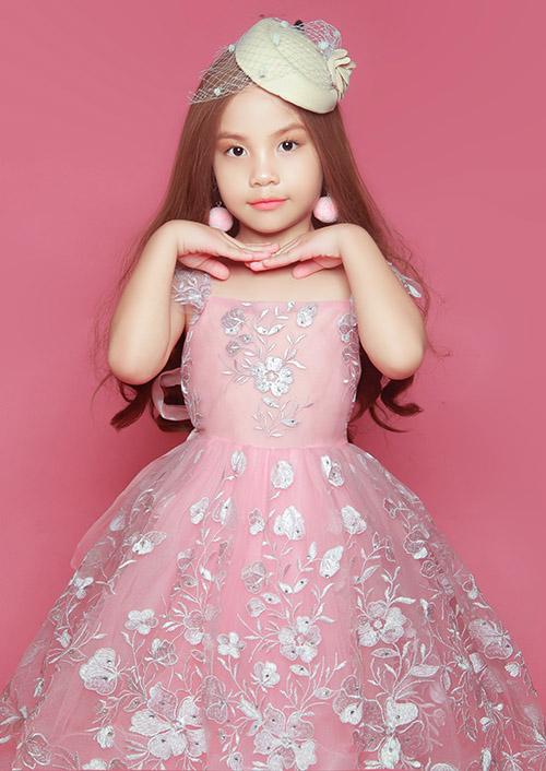 Phùng Hiểu Anh sinh năm 2013. Ở tuổi lên 6, cô bé đã đăng quang Đại sứ Áo dài nhí 2019. Phùng Hiểu Anh hiện là gương mặt quen thuộc trong các show thời trang trẻ em tại TP HCM.