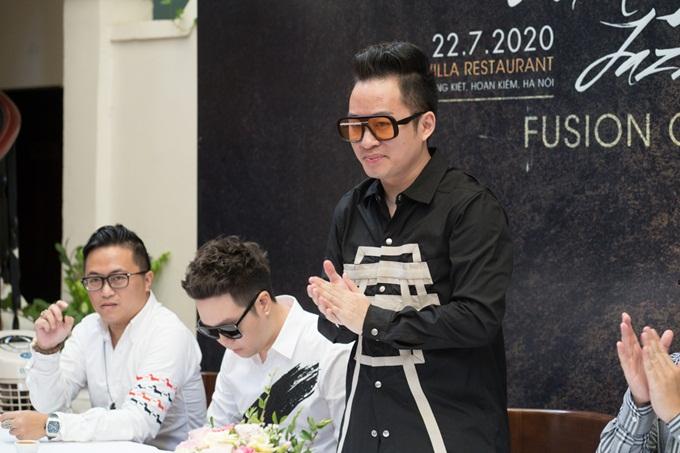 Tùng Dương tại họp báo hôm 22/7.