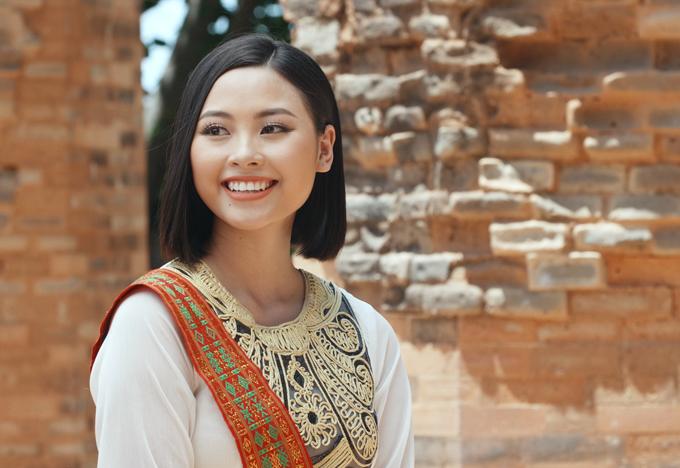 Đào Thị Hà rạng rỡ sắm vai thiếu nữ Chăm trong bộ trang phục truyền thống.