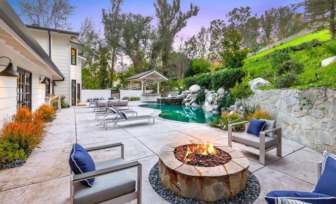 Bể bơi xinh xắn phía sau nhà.