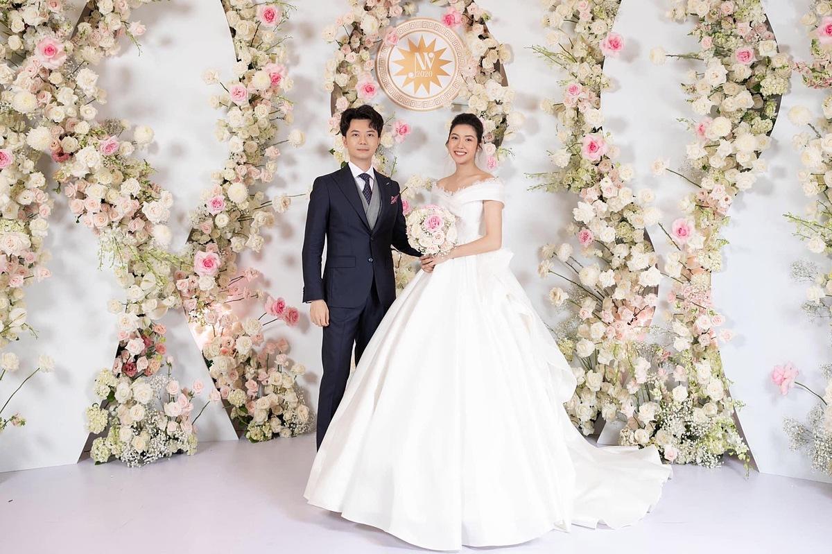 Đôi vợ chồng Thuý Vân - Hoàng Nhật tại hôn lễ tối 25/7.