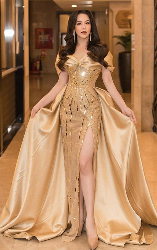 Diễn viên Nhật Kim Anh lộng lẫy trong thiết kế xẻ vạt của Nguyễn Minh Tuấn.